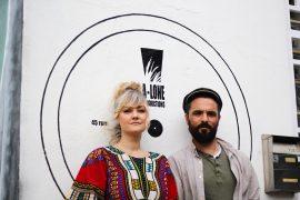 Inés Pardo junto a Roberto Sánchez a las puertas del A-Lone Ark Muzik Studio
