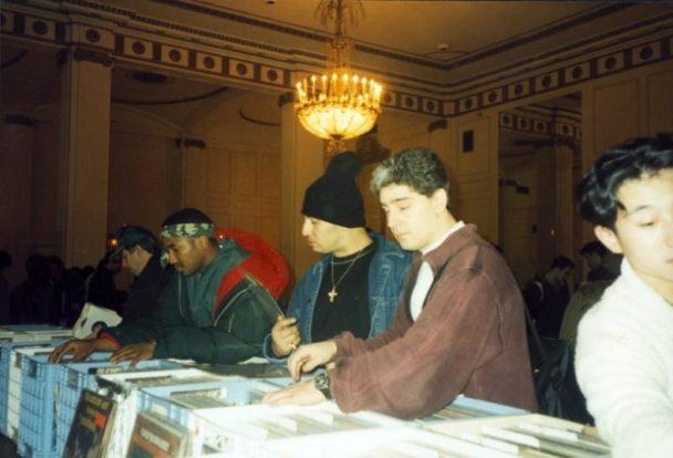 Q-Tip en la feria del disco del hotel Roosevelt. A su lado, el legendario Kid Capri